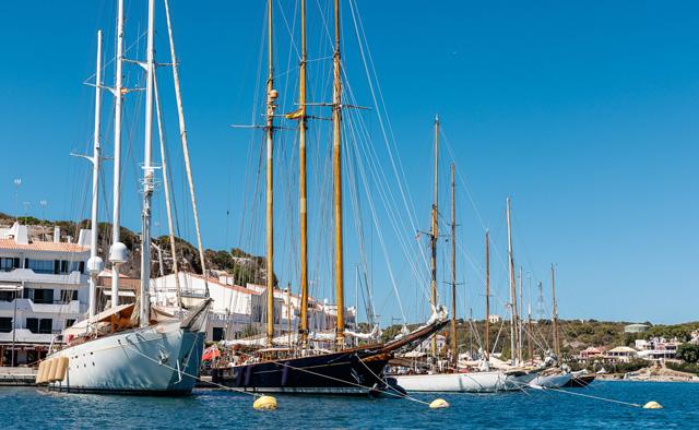 Parte de flota amarrada en el puerto de Mahón (Foto: Nico Martinez)