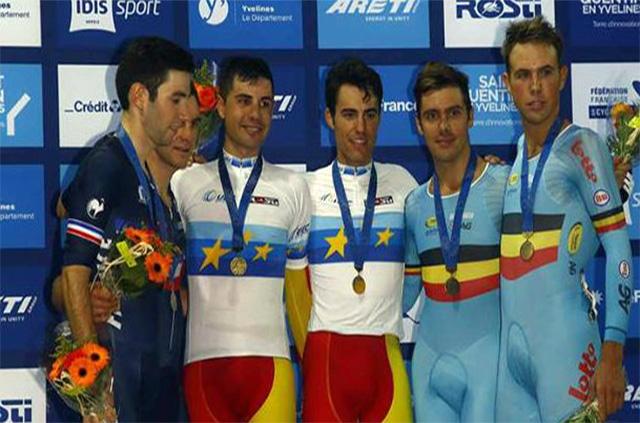 Albert Torres con la medalla de oro en el podio