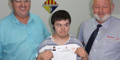 Miguel Lamoso, muestra orgulloso su ficha como ayudante de material (Foto: AtV)