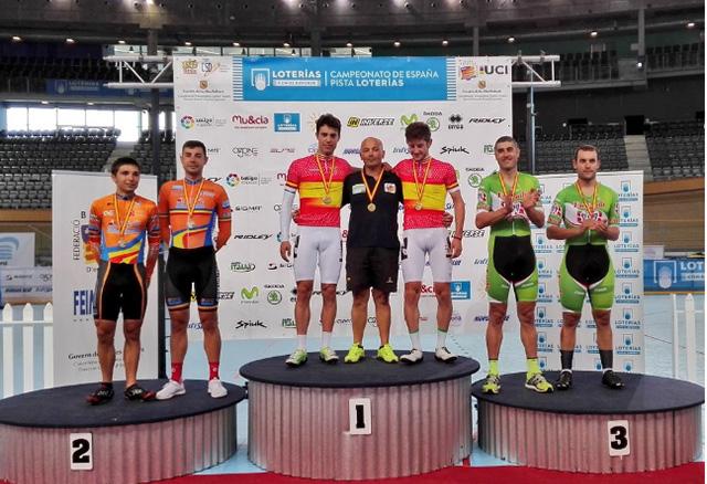 Torres, en lo más alto del podio tras ganar la Madison (Fotos: RFEC)