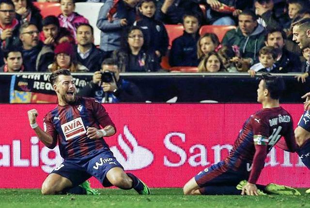 Sergi Enrich celebrando un gol al Valencia en Mestalla