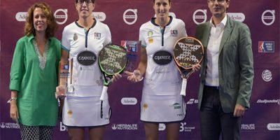 Gemma Triay (derecha) recibiendo el trofeo junto a Lucía Sainz
