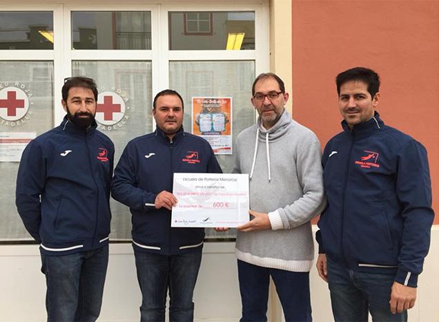 Donació Escuela entre Porteros Menorca a Cruz Roja