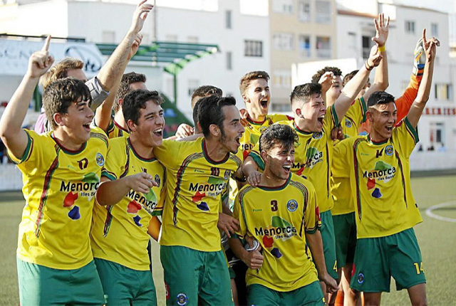 Sporting de Mahón jv-celebración título (Josep Bagur-DM)