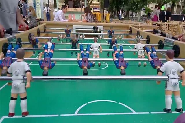 Jugando a futbolín