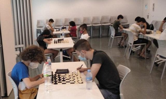 Jugadores ajedrez con mascarilla