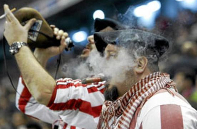 Afició fumat a un camp de futbol