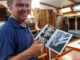 Alex Pella, a bordo del Galvana, con la foto firmada por Olin J. Stephen